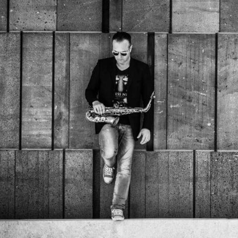 Portait: Saxophonist Tom X, Live Act am WEDD CLUB, dem exklusives Clubbing für Hochzeitsdienstleister